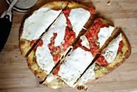Мини-пицца с соусом песто и сыром моцарелла