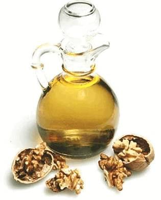 Ореховым маслом обогащают питательные кремы. Используют для ухода за кожей лица и шеи, особенно рекомендуется для сухой кожи