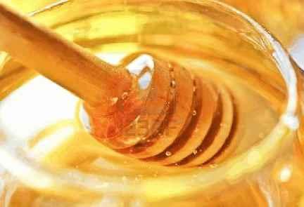 Полезные свойства меда нашли широкое применение в косметике. Выпускаются целые серии ухода за различными типами кожи и волос на основе меда, а также других продуктов пчеловодства, таких как пчелиный воск, маточное молочко и прополис.