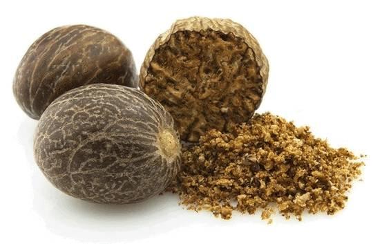 Мускатный орех проходит долгую обработку. По традиции орехи обрабатывают в бамбуковых постройках, крытых пальмовыми ветвями